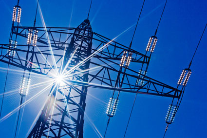 Stromleitung im Gegenlicht