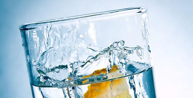 Ein Glas mit frischem Trinkwasser